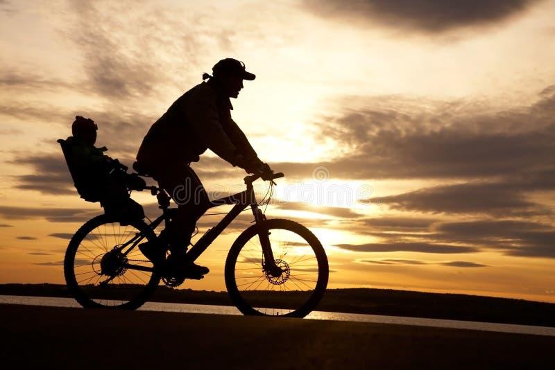 Ciclista Con Il Bambino Fotografia Stock