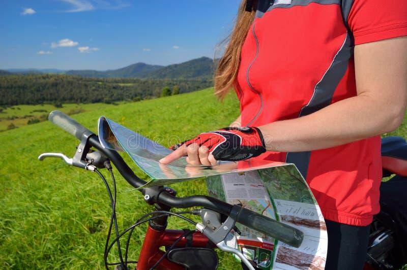 Ciclista con il copyspace della mappa fotografie stock