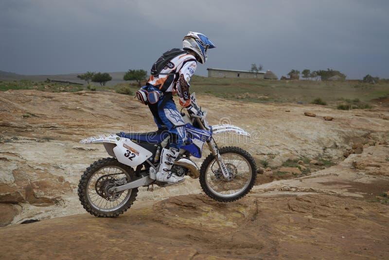 Ciclista cruzado del motor del camino imagen de archivo