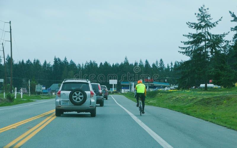 Ciclista dal lato della strada immagine stock libera da diritti
