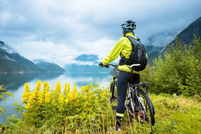 Ciclista del mountain bike vicino al fiordo, Norvegia fotografie stock