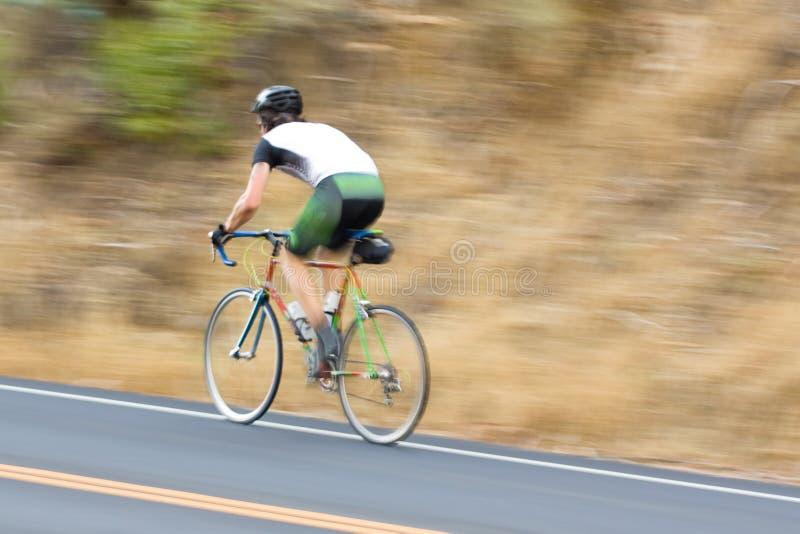 Ciclista dell'uomo che corre oltre fotografia stock libera da diritti