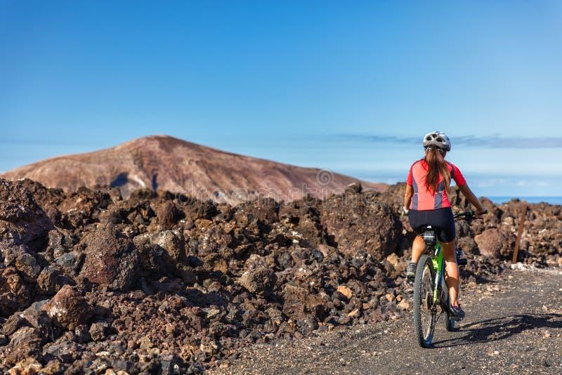Ciclista della donna MTB di ciclismo di montagna sul sentiero didattico immagini stock