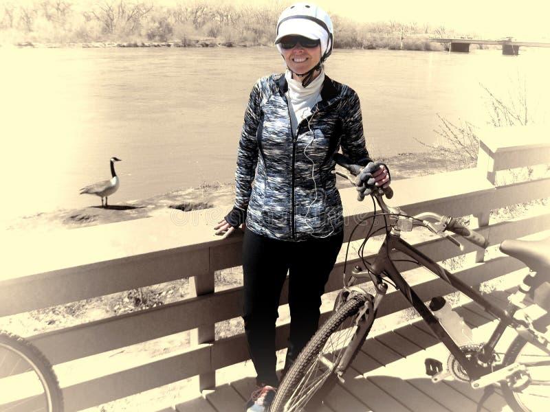 Ciclista do inverno com o ganso de Canadá foto de stock