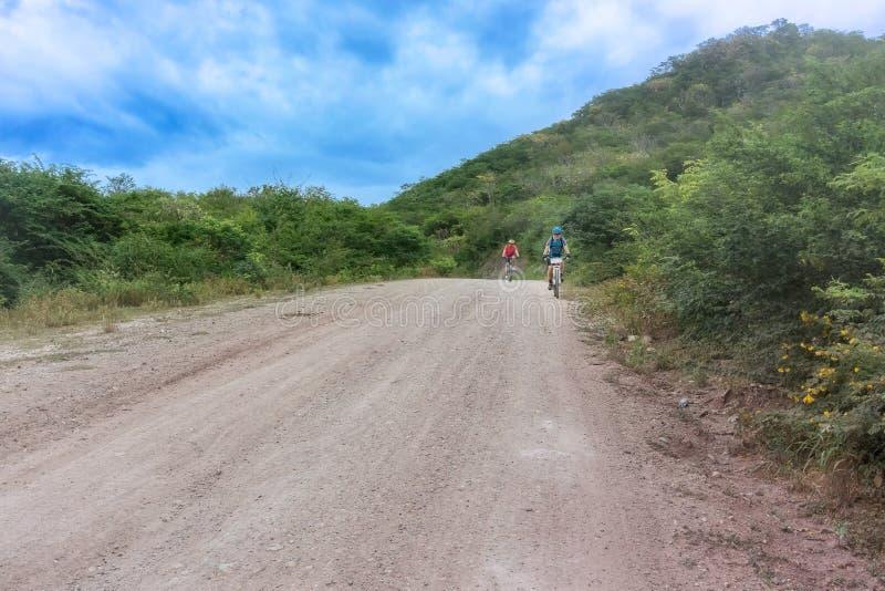 Ciclista dois na estrada através das montanhas nas Honduras imagem de stock royalty free