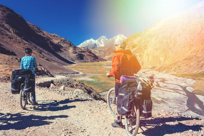 Ciclista dois que está na estrada das montanhas Estado dos Himalayas, Jammu e Caxemira, Índia norte fotografia de stock