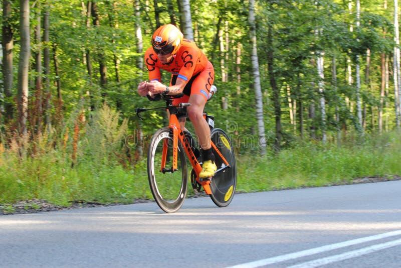 Ciclista durante la corsa sull'itinerario di triathlon fotografie stock libere da diritti