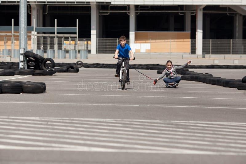Ciclista e skateboarder fotografie stock libere da diritti