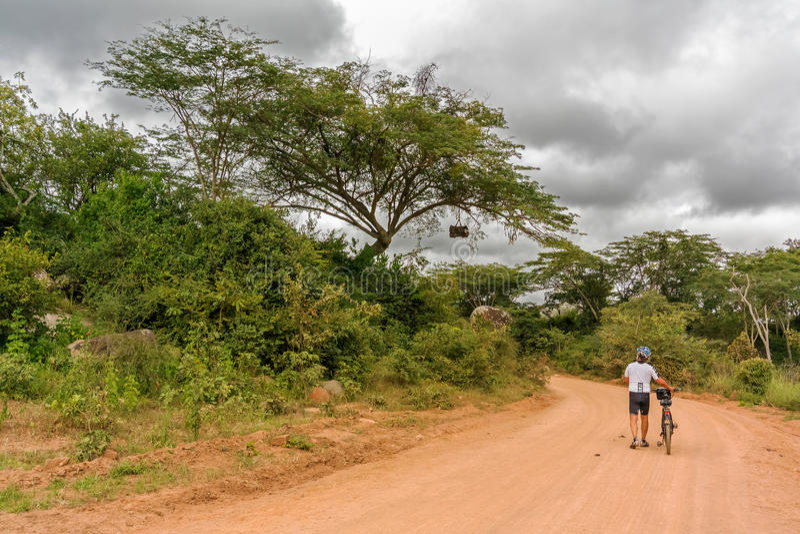 Ciclista em Tanzânia foto de stock
