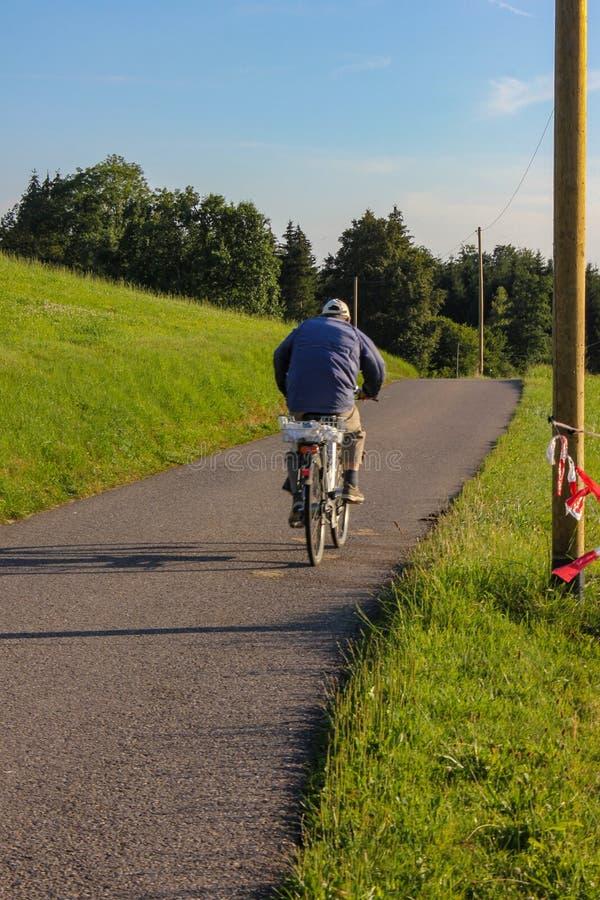 ciclista em um bikeway fotografia de stock royalty free