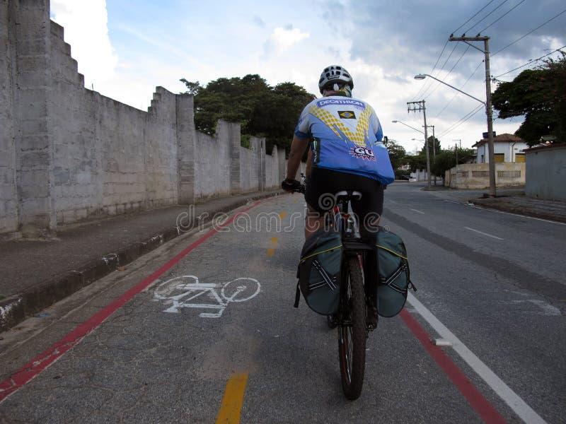 Ciclista em um trajeto da bicicleta em Brasil imagem de stock