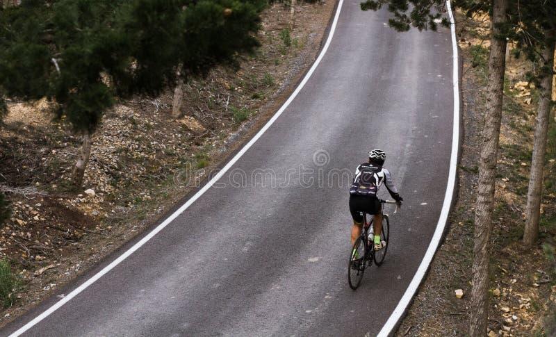 Ciclista en el camino imagenes de archivo