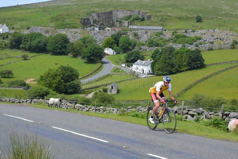 Ciclista en el parque nacional de Dartmoor, Devon, Inglaterra fotos de archivo