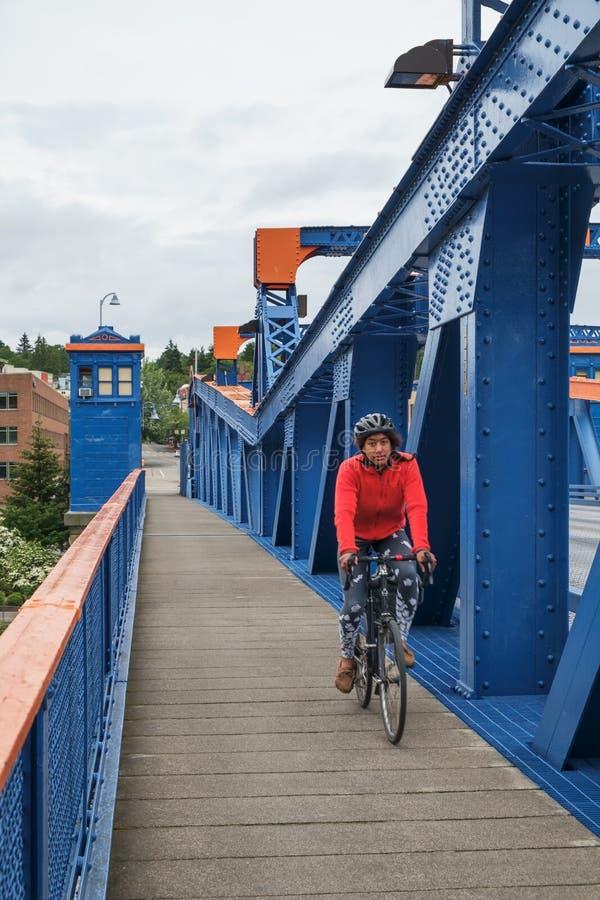 Ciclista en el puente de Fremont foto de archivo