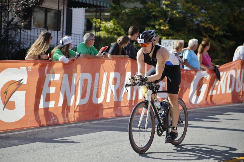 Ciclista en el Triathlon de Ironman imagen de archivo libre de regalías