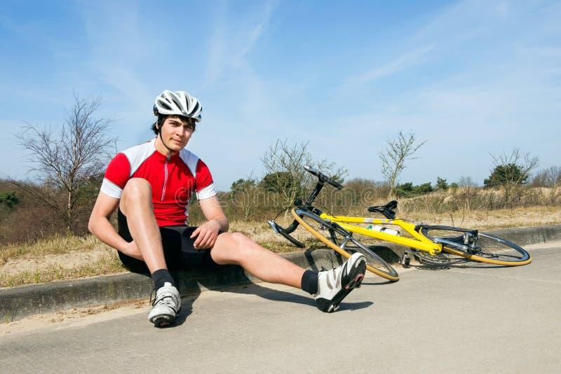 Ciclista en encintado imagenes de archivo