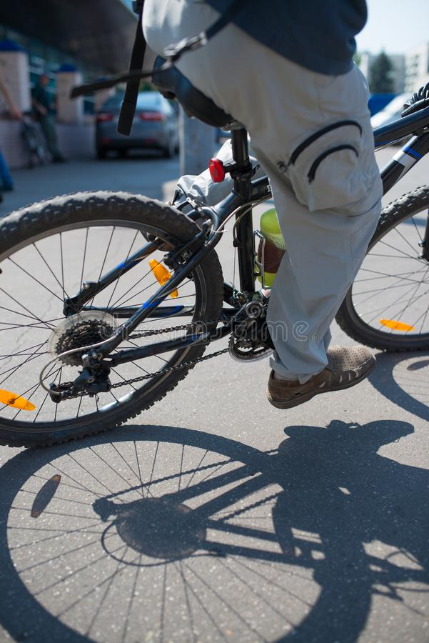 Ciclista en esfuerzo máximo en un camino de ciudad al aire libre foto de archivo libre de regalías