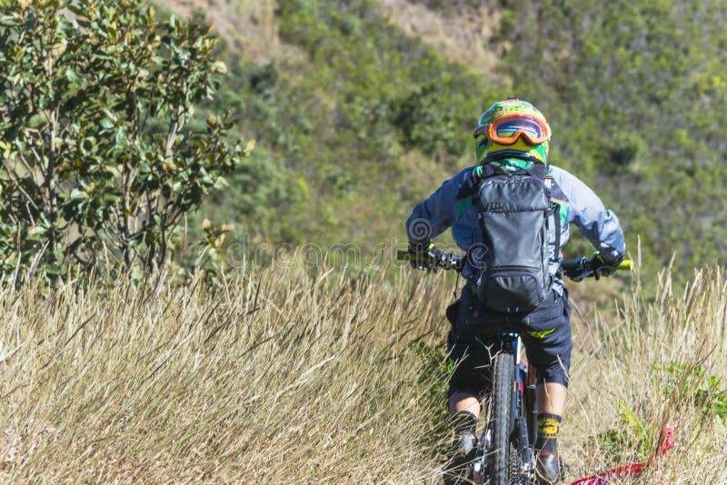 Ciclista en la competencia de la bici de montaña foto de archivo libre de regalías