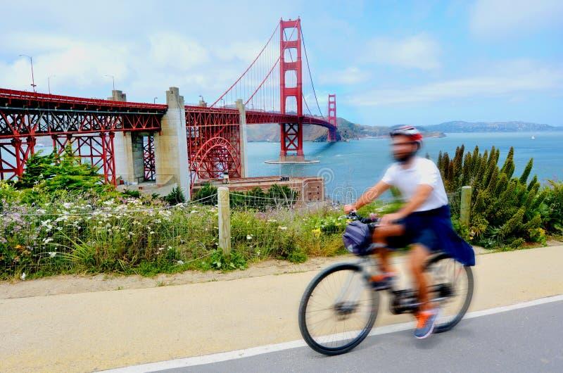 Ciclista en puente Golden Gate en San Francisco, CA foto de archivo