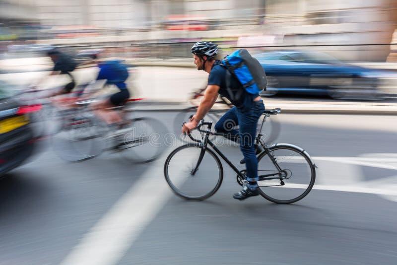 Ciclista en tráfico de ciudad de Londres en la falta de definición de movimiento imagen de archivo