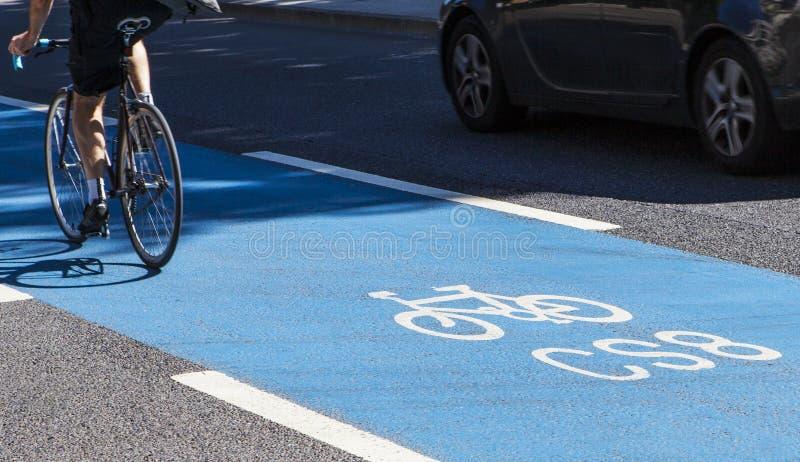 Ciclista en una autopista del ciclo en Londres fotografía de archivo
