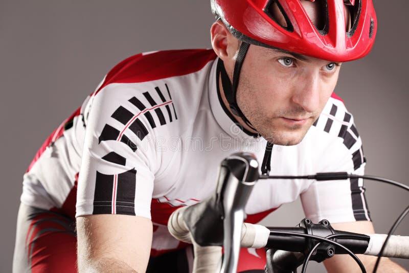 Ciclista en una bicicleta imagen de archivo libre de regalías