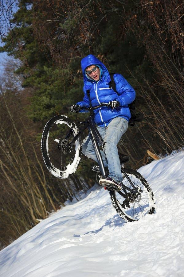 Ciclista extremo do inverno foto de stock