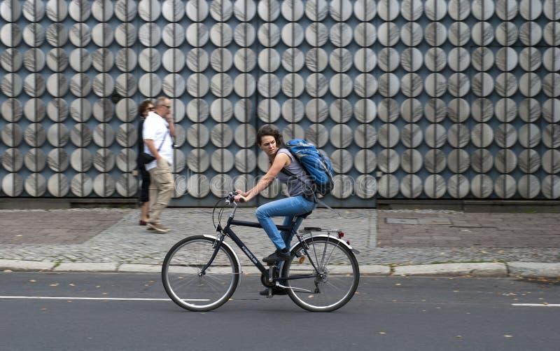 Ciclista fêmea em Berlim imagem de stock