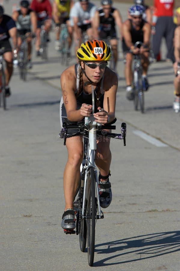 Ciclista fêmea que conduz o bloco fotografia de stock royalty free