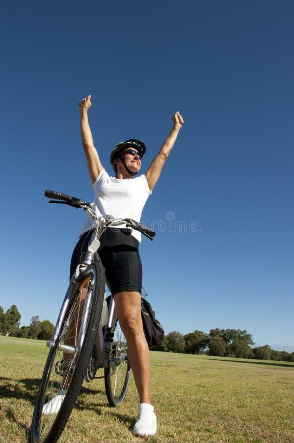 Ciclista femenino sano feliz fotografía de archivo libre de regalías