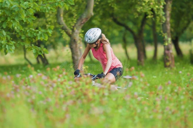 Ciclista femminile giovane che pratica all'aperto fotografie stock