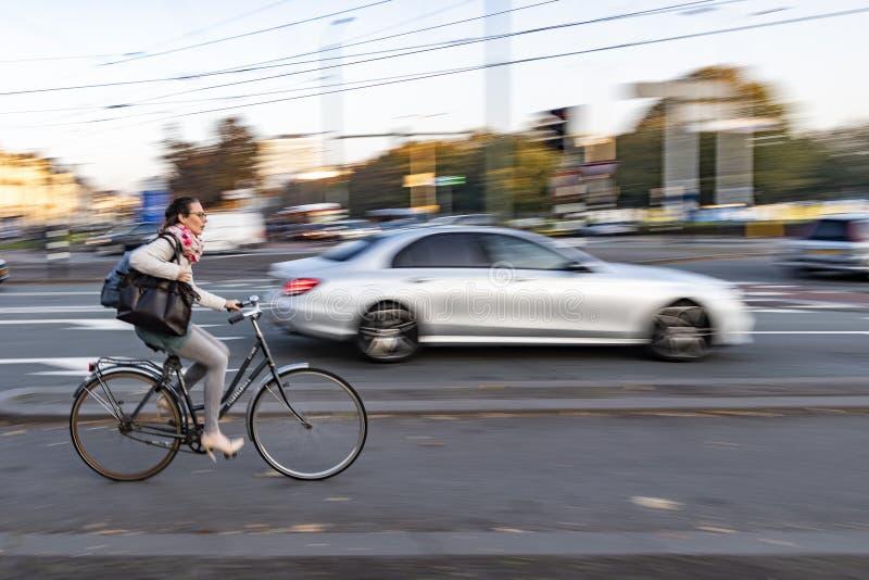 Ciclista holandés por la mañana imagen de archivo