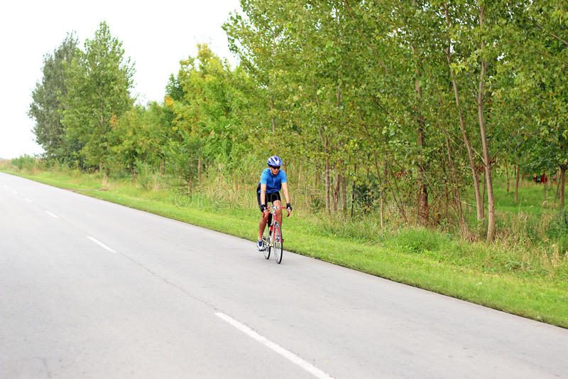 Ciclista maschio su una bici della corsa immagine stock libera da diritti
