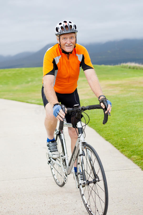 Ciclista masculino sênior fotografia de stock royalty free