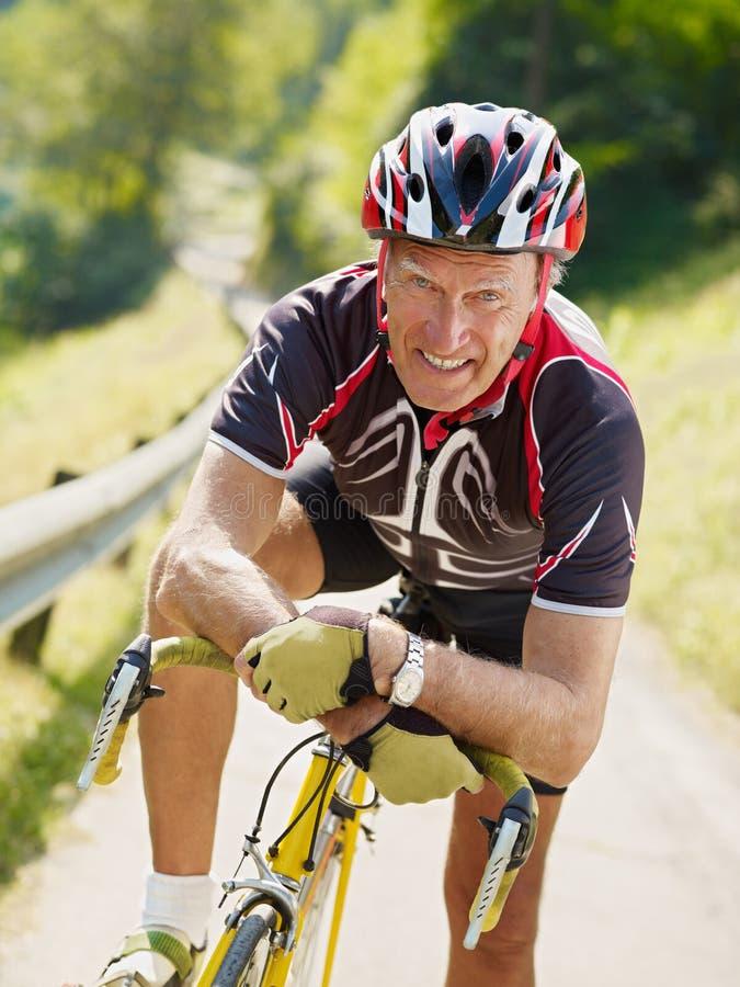Ciclista mayor imagenes de archivo