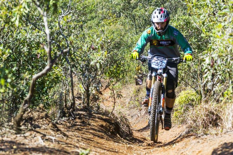 Ciclista na competição do Mountain bike imagens de stock