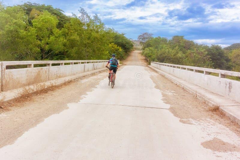 Ciclista na estrada do campo perto de Alauca nas Honduras imagem de stock royalty free