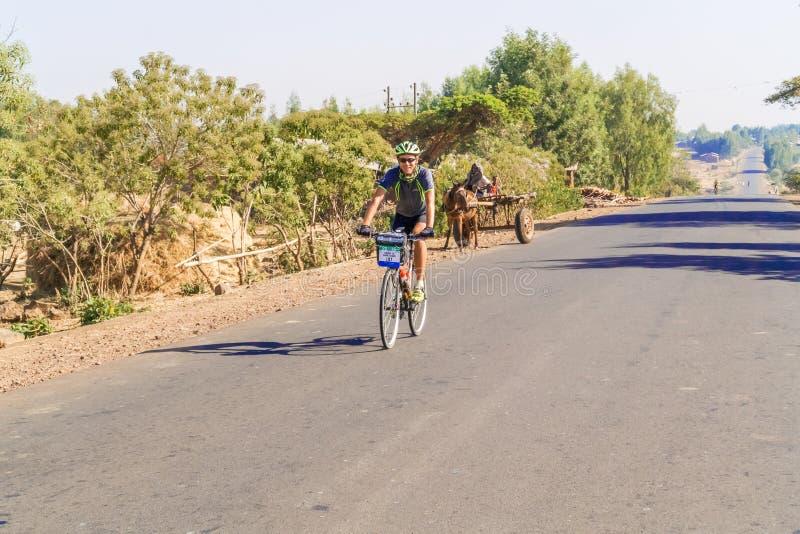 Ciclista na estrada em Etiópia fotos de stock