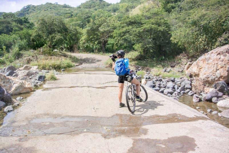 Ciclista na estrada perto de Guangololo nas Honduras imagens de stock royalty free