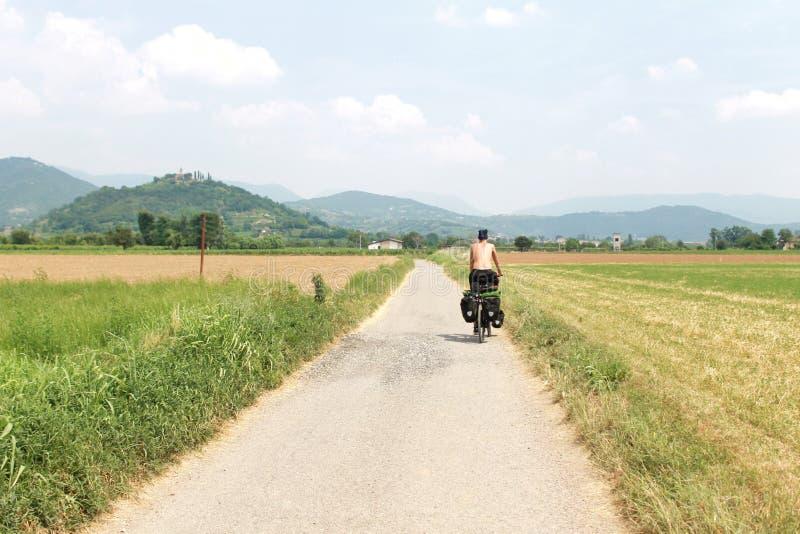 Ciclista na estrada secundária, opinião do panorama fotos de stock