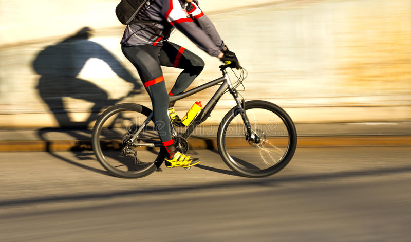 Ciclista na luz do sol imagem de stock royalty free