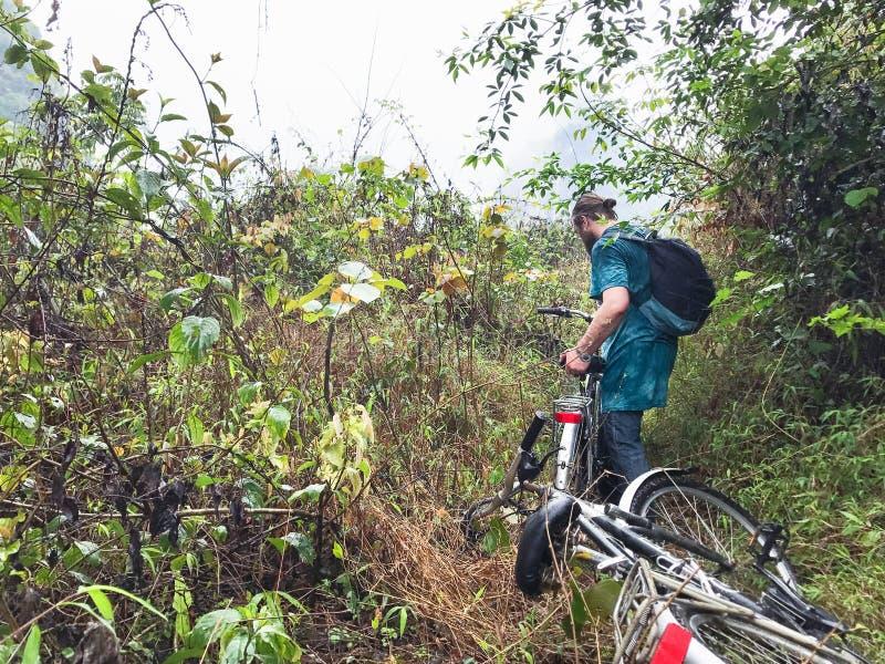ciclista na montanha coberto de vegetação em Yangshuo imagens de stock