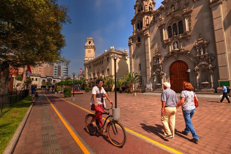 Ciclista na pista do ciclo com os turistas que andam na área pedestre em Lima Peru foto de stock royalty free