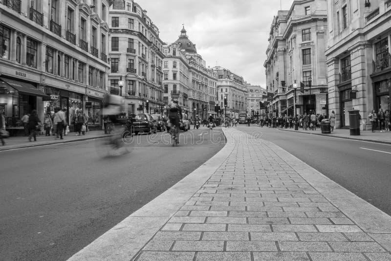 Ciclista na rua de Oxford imagens de stock royalty free