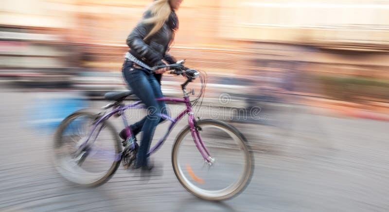 Ciclista nel traffico sulla carreggiata della città immagini stock