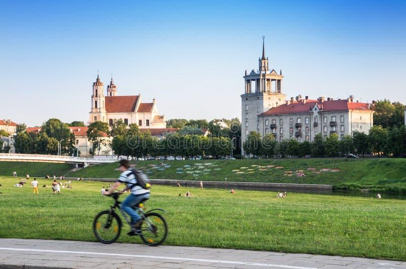 Ciclista nella città di Vilnius fotografia stock libera da diritti