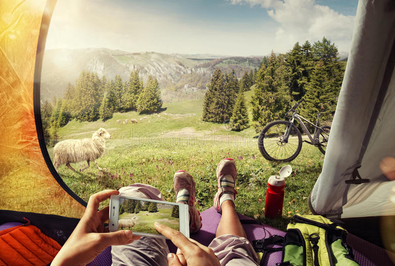 Ciclista nella tenda con il cellulare fotografie stock
