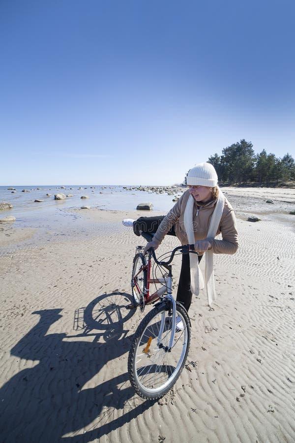 Ciclista no mar. fotografia de stock royalty free