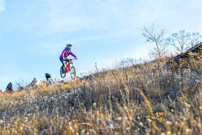 Ciclista no Mountain bike, espaço livre para seu texto fotos de stock royalty free