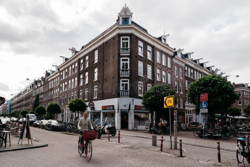 Ciclista non identificato in via a Amsterdam immagine stock